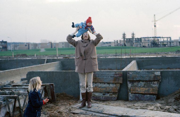 Bij zijn huis in aanbouw in 1975. Beeld Privéarchief Toine Heijmans