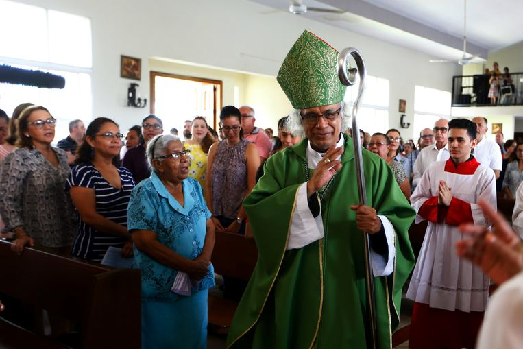 Kardinaal Brenes bezoekt de kerk in Managua die onder vuur werd genomen toen studenten er in juli hun toevlucht zochten. Beeld REUTERS