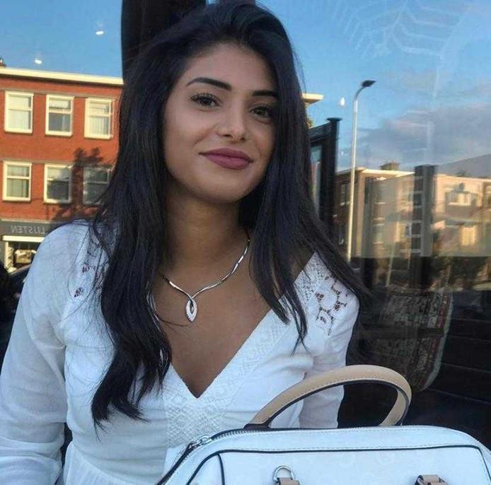 Annahita Mazaheri uit Amstelveen is geweigerd op een vlucht naar de Verenigde Staten. Ze denkt vanwege haar Iraanse naam. D66 wil daar opheldering over van minister Blok van Buitenlandse Zaken.
