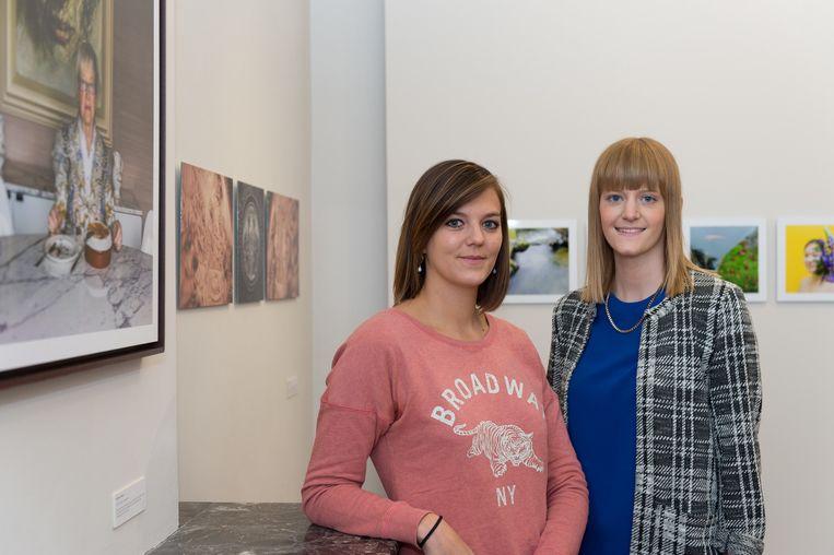 Karolien Coenen en Isabelle Dierckx bij de werken die ze exposeren.