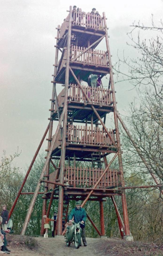 Zo stond de toren er vroeger bij.