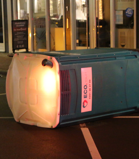 Groep vandalen steekt mobiel toilet in de fik in Leidschendam