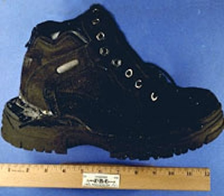 Een van de schoenen van terrorist Richard Reid, die tijdens een vlucht van Parijs naar Miami een aanslag wilde uitvoeren met een in zijn schoeisel verstopt explosief. Beeld www.fbi.gov