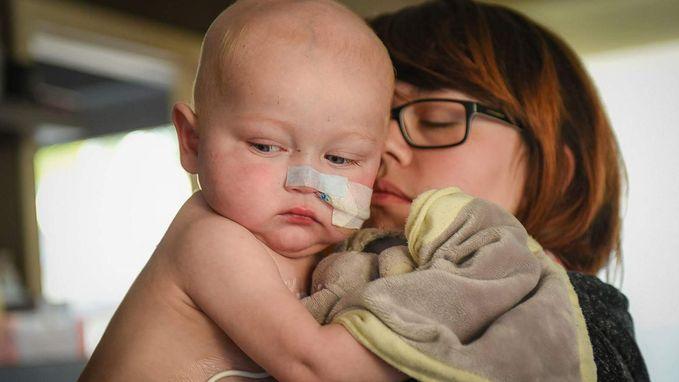 """Baby Liyo verliest strijd tegen kanker, dagen voor benefiet: """"Hij is in mijn armen gestorven"""""""