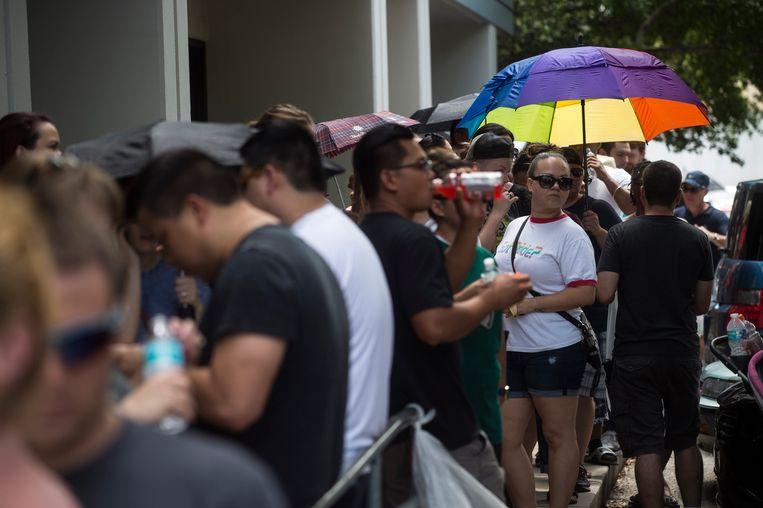 Mensen staan in de rij om bloed te doneren voor de slachtoffers. Beeld ap