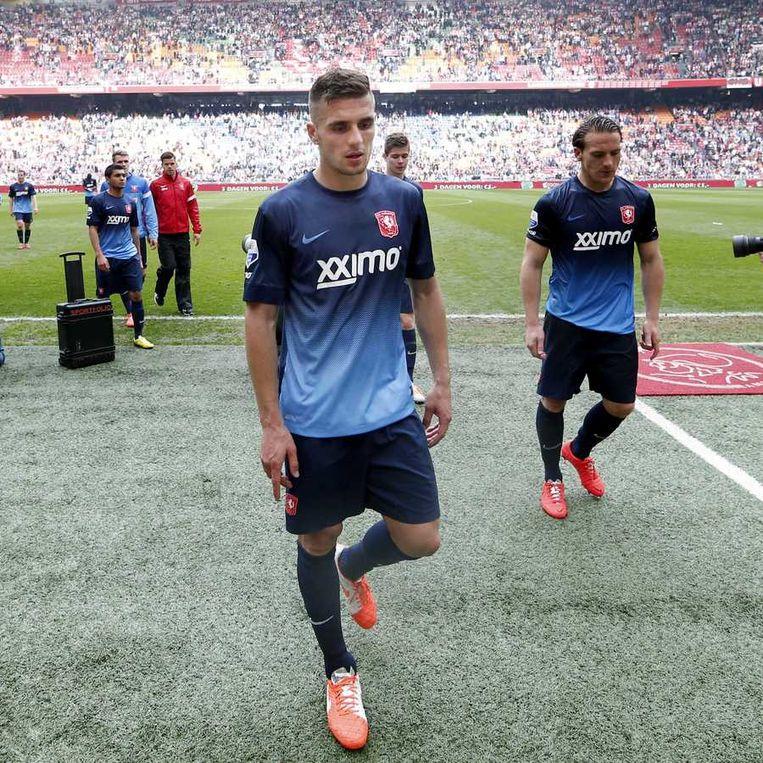 Aftocht van de teleurgestelde Twente-spelers Dusan Tadic (l) en Robbert Schilder (r ) Beeld anp