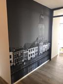Rodney Broekhuijs heeft een mooie wandhoge foto van de Lebuinus in zijn gang hangen als teken van zijn liefde voor de Deventer skyline.