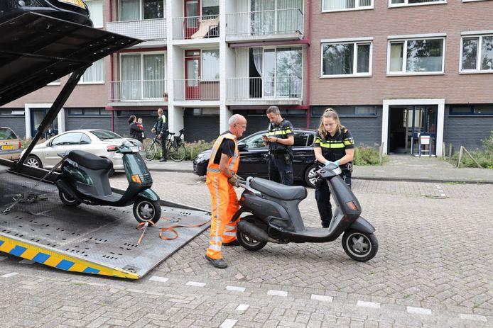 De politie nam enkele scooters mee.