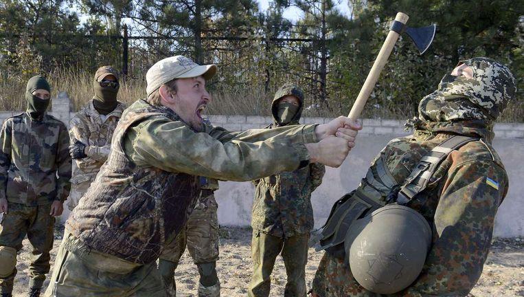 Het pro-Oekraïense St. Maria-bataljon neemt deel aan een militaire oefening in de buurt van de Oost-Oekraïense stad Mariupol.