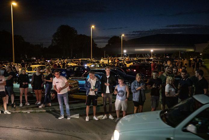 In Enschede hebben zich zaterdag in het begin van de avond honderden auto's zich verzameld voor een carmeeting.