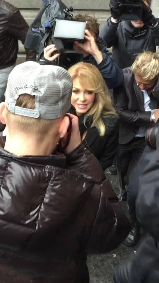 Patricia komt aan bij de rechtbank. Robbert Hinfelaar wordt op de achtergrond bijna weggedrukt door de vele fotografen.