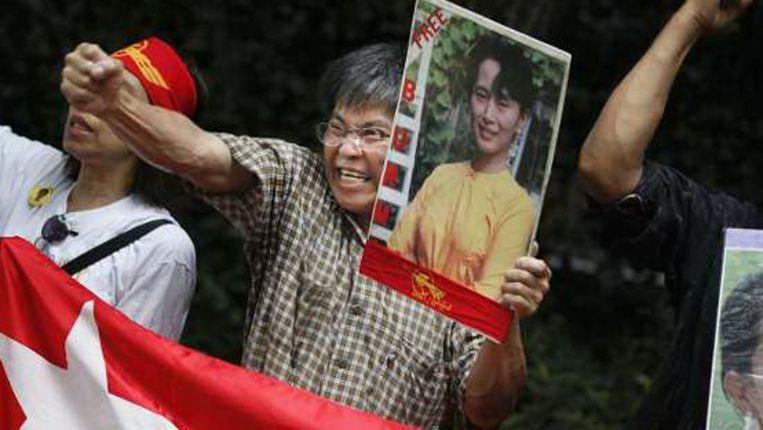 Burmezen protesteren voor de Burmaanse ambassade in Tokyo. (AP) Beeld