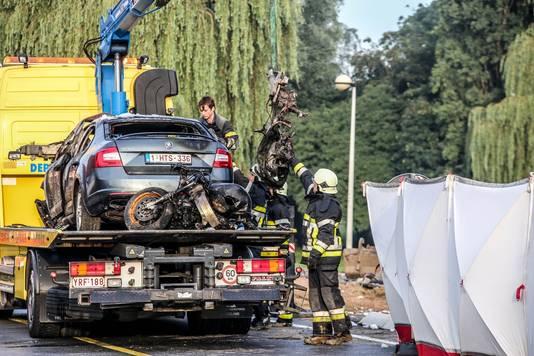 De anonieme politiewagen en motor van Kevin Huys worden getakeld. Links het scherm dat geplaatst werd.