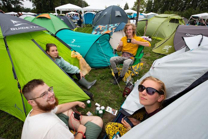 Dennis de Waard (gele sweater) samen met vrienden op de camping van Lowlands.