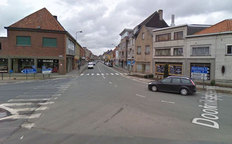 Het kruispunt van de Stationsstraat (onderaan) met de Doorniksesteenweg (rechts en bovenaan) en de Stijn Streuvelslaan (links)
