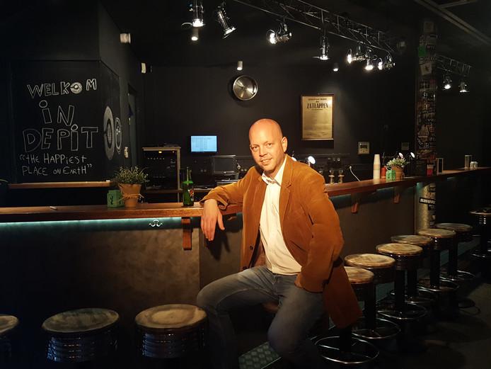 De PIT-voorzitter Michel Cornet aan de vernieuwde bar van het Podium in Terneuzen (PIT).