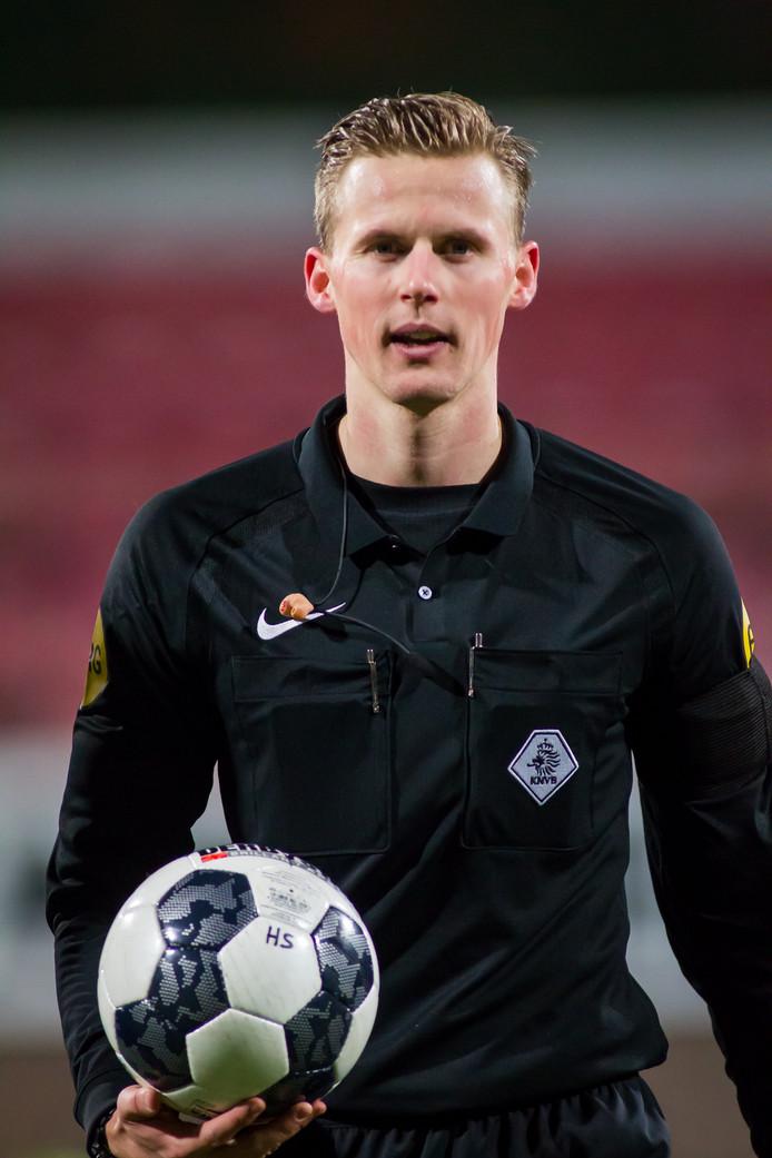 Scheidsrechter Sander van der Eijk.