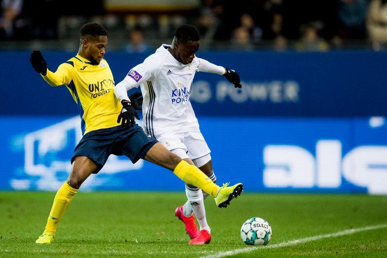 Thierno Gaye (rechts) in duel met Isaiah Ahmad Young van Union.