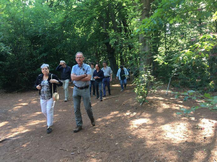 Gemeenteraadsleden en steunfractieleden brachten zaterdag een bezoek aan het bos op verzoek van het Comité Landgoed Oude Tempel.