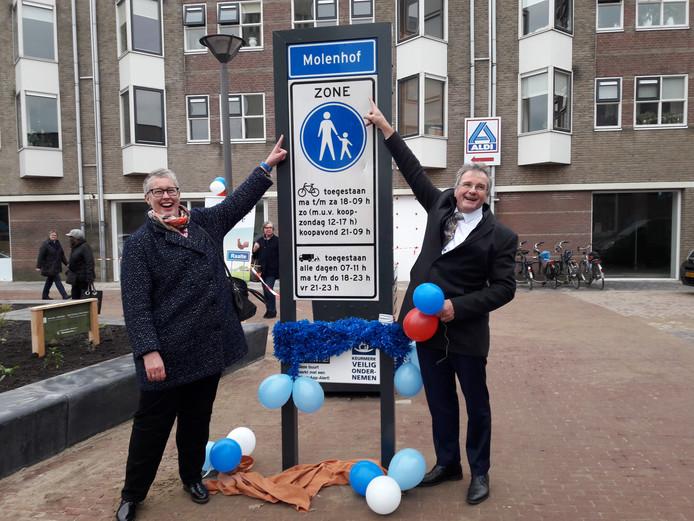Citymanager Henny Zomer en wethouder Wout Wagenmans openen de heringerichte Molenhof.
