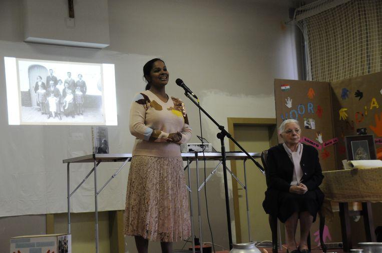 Zuster Jeanne Devos op bezoek in De Duizendpoot.