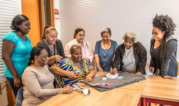 Antilliaanse vrouwen op de knutselclub in Holtenbroek. Door actie voor Sint Maarten te voeren, hoopt de gemeenschap ook zelf een beter imago te krijgen.