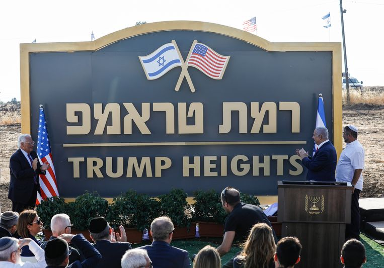 Premier Benjamin Netanyahu onthult 'Trump Heights'. Beeld AFP