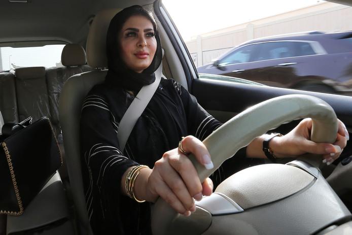 Vrouwen in Saoedi-Arabië mogen sinds juni vorig jaar autorijden. Nu kunnen ze ook zelfstandig naar het buitenland reizen.