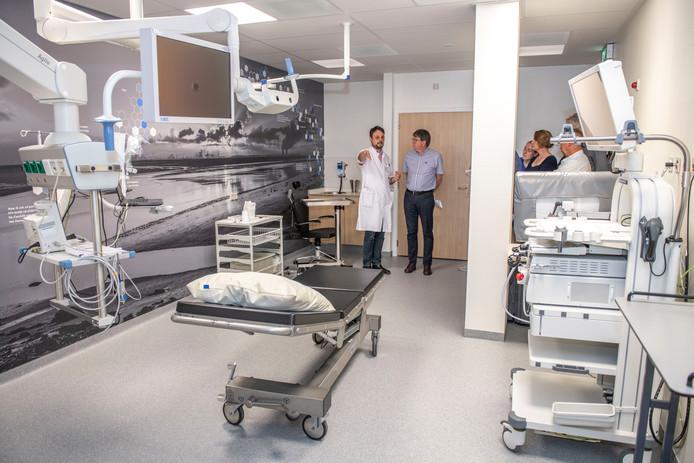 Longarts Geert Pottelberge geeft uitleg in een van de twee spiksplinternieuwe endoscopieruimtes van ZorgSaam.