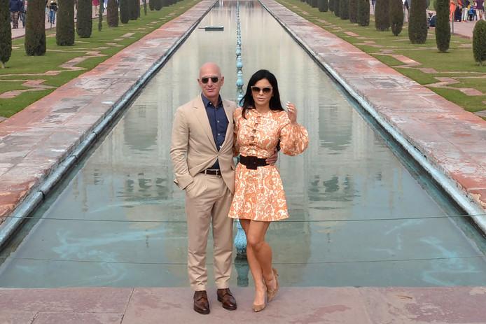 Jeff Bezos (L) met zijn vriendin Lauren Sanchez