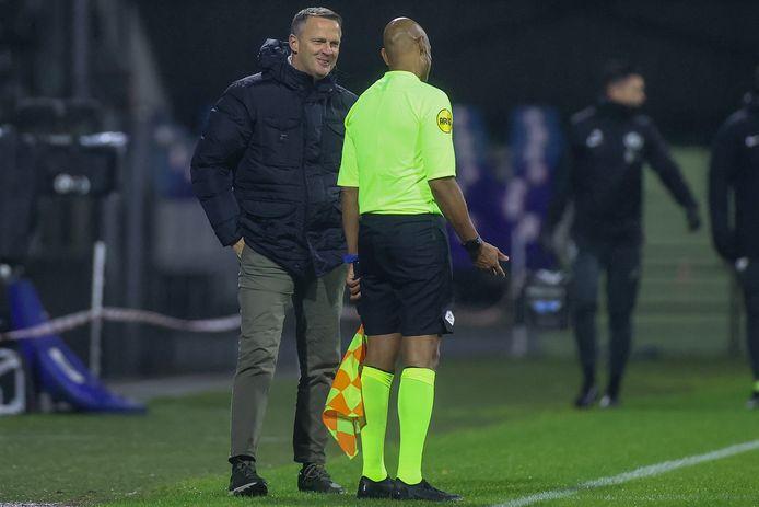 John van den Brom praat met de assistent-scheidsrechter.