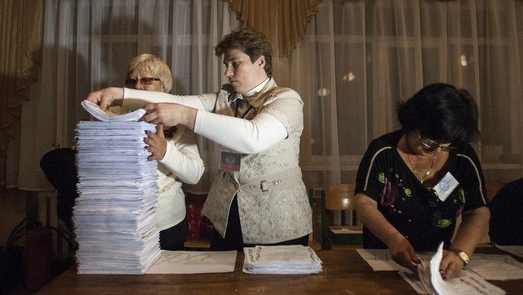 Leden van een kiescommissie tellen de stemmen na sluiting van een stembureau in Donetsk.