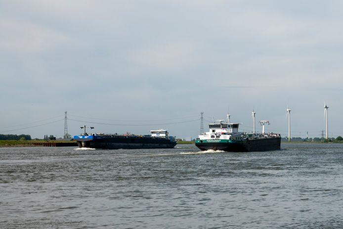 Lege binnenvaarttankers op de Dordtse Kil ter hoogte van Willemsdorp (Dordrecht). Foto ter illustratie