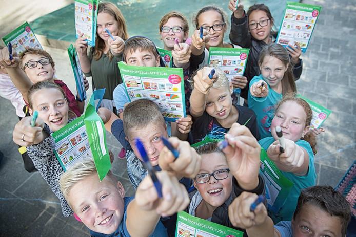 Kinderen van De Klimroos in Kapelle verkopen Kinderpostzegels.