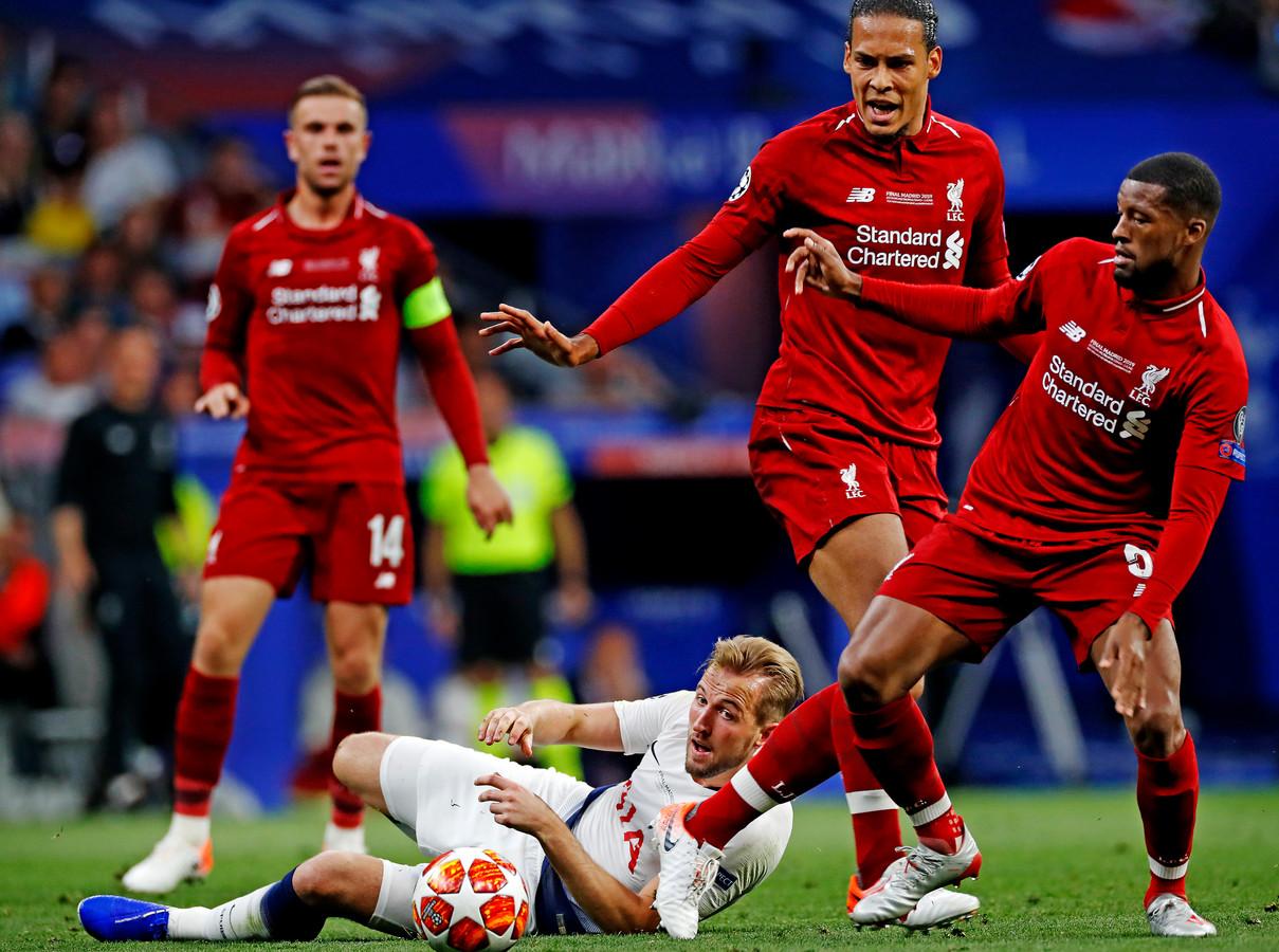 Wijnaldum (r) met Van Dijk (m) in duel met Harry Kane van Tottenham.