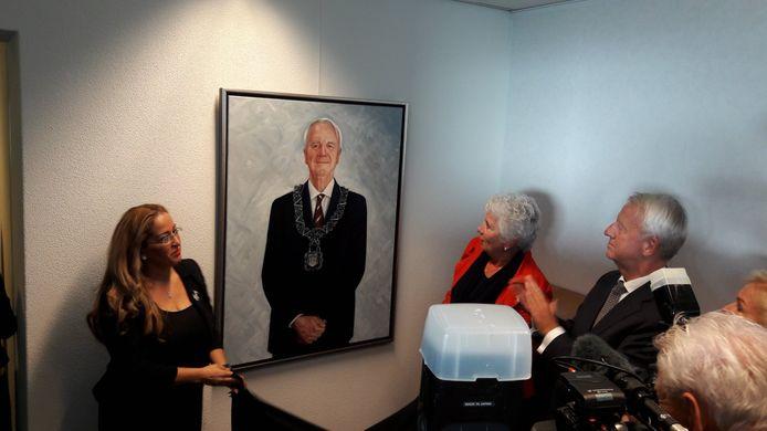 Het portret van Noordanus werd onthuld door zijn echtgenote Susan Baart (rechts) en zijn secretaresse Aziza Aboulkacem-Jardaoui.