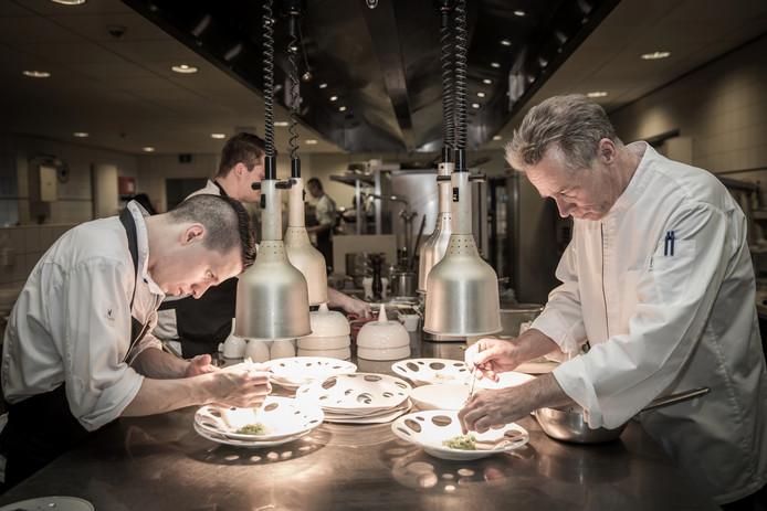 Chef Jannis Brevet (rechts) aan het werk in de keuken van Inter Scaldes.