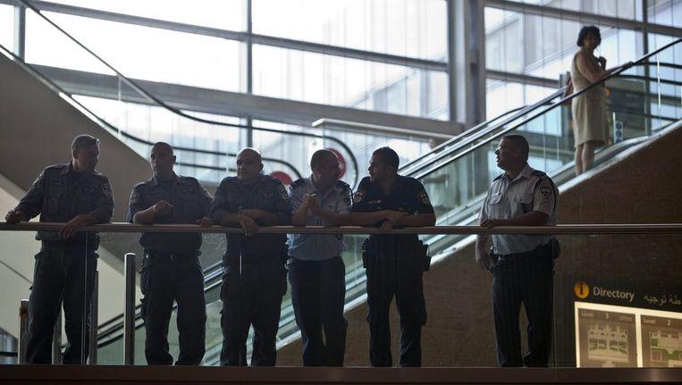 Veel beveiliging in de aankomst hal van Ben Gurion International Airport bij Tel Aviv Beeld reuters