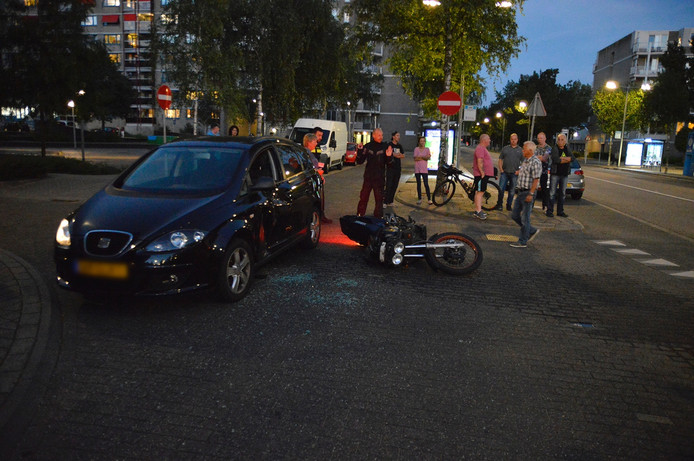 De auto en de motor op de plaats van het ongeval.