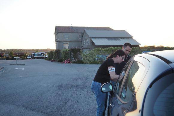 Politie ondervraagt mensen in een auto op de parkeerplaats van de steengroeve.