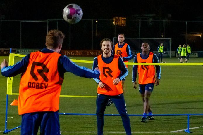 Bij Forum Sport trainen ze stug door. Elk groepje van vier spelers heeft zijn eigen kleur hesje.