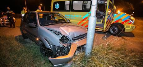 Auto mist rotonde en botst tegen lantaarnpaal in Doesburg