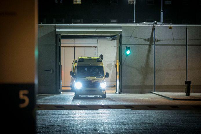 Een ambulance rijdt weg bij de gevangenis in Arnhem.