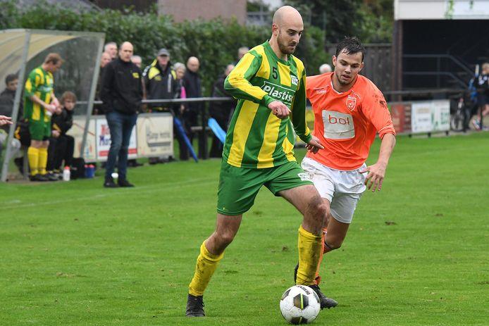 Tim Blonk van Constantia wordt opgejaagd door Toxandriaan Melvin van Lankveld. Trainer Gert-Jan Reijnen (staand) kijk toe.
