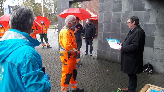 Dethon-directeur Edwin van den Berghen (rechts) met zojuist door medewerker overhandigde petitie, links FNV-bestuurder Joost Kaper.