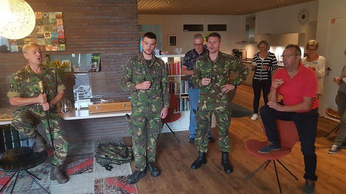 Militairen van de genie in Vught zongen met vrijwilligers 'Het Mineurslied' in het Vicki Brownhuis.