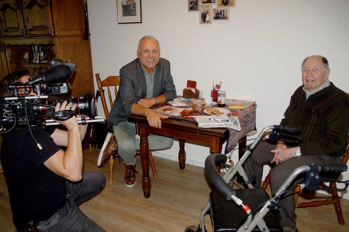 BREDA - Adriaan de Visser (101) tijdens de opnames van het tv-programma '100 Jaar Jong' in zorgcentrum IJpelaar in Breda met Gordon.