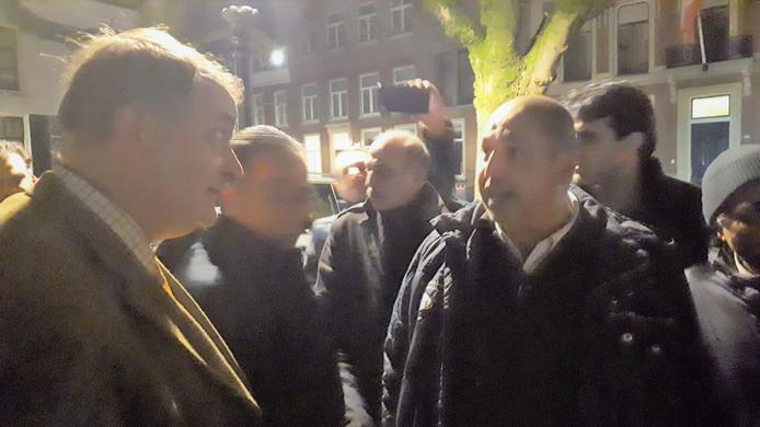 Wethouder Huib van Olden (links) in gesprek met Turgut Cihanoglo,, kreeg de chauffeurs zover om de actie te beëindigen.