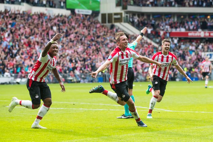 Luuk de Jong heeft de 2-0 gescoord, en viert dat met Marco van Ginkel en Steven Bergwijn.