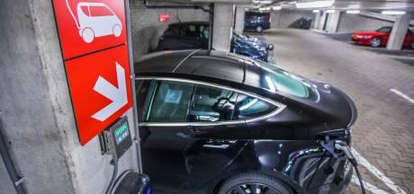 Auto opladen in parkeergarage niet erg gevaarlijk, maar als het misgaat...